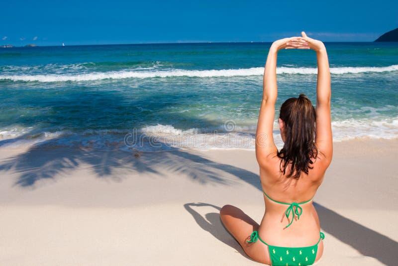делать йогу женщины стоковое изображение rf