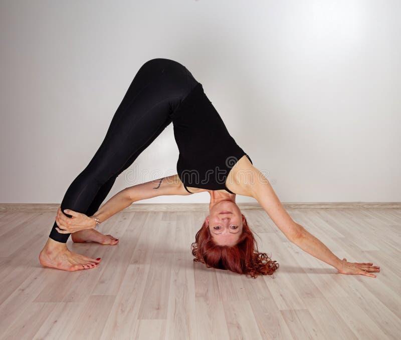 делать йогу женщины стоковая фотография