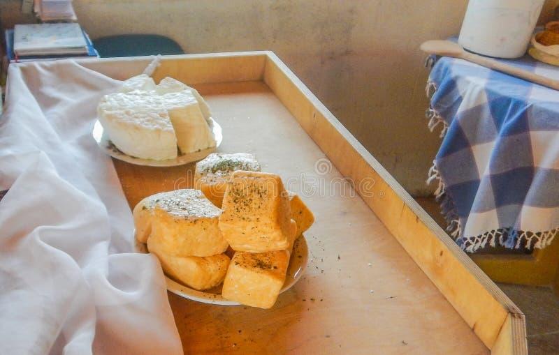 Делать мяту whit сыра halloumi на ферме на Кипре стоковые фотографии rf
