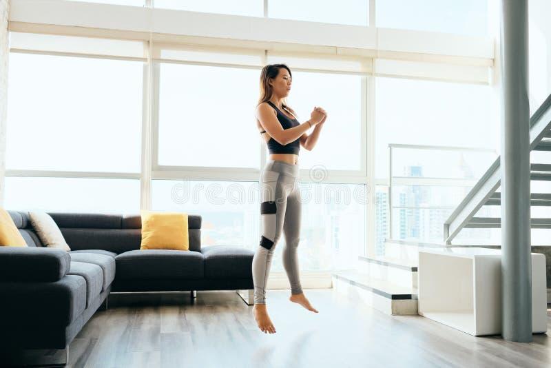 Делать ног тренировки взрослой женщины низкий и скакать стоковые фотографии rf