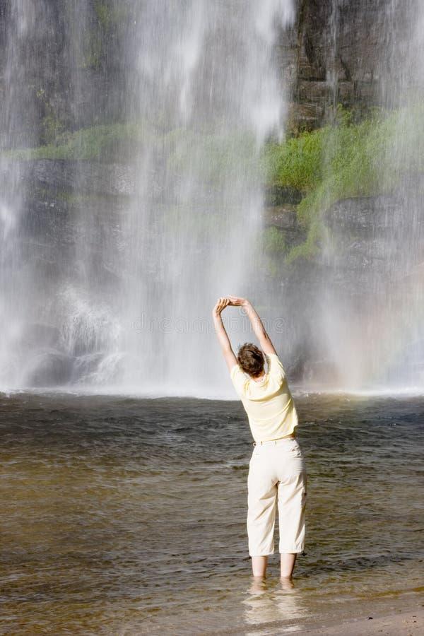 делать переднюю женщину водопада гимнастики стоковые изображения rf