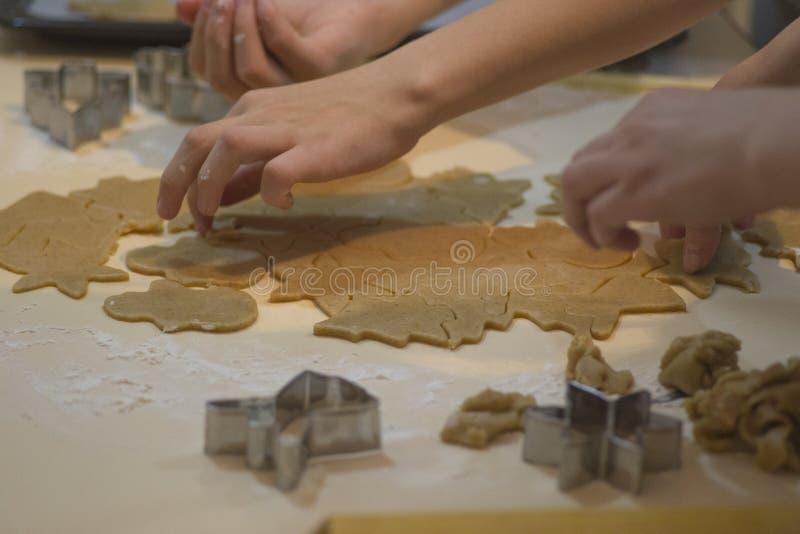 Делать печенья gingerbread Резцы теста и печенья предпосылки выпечки рождества стоковая фотография