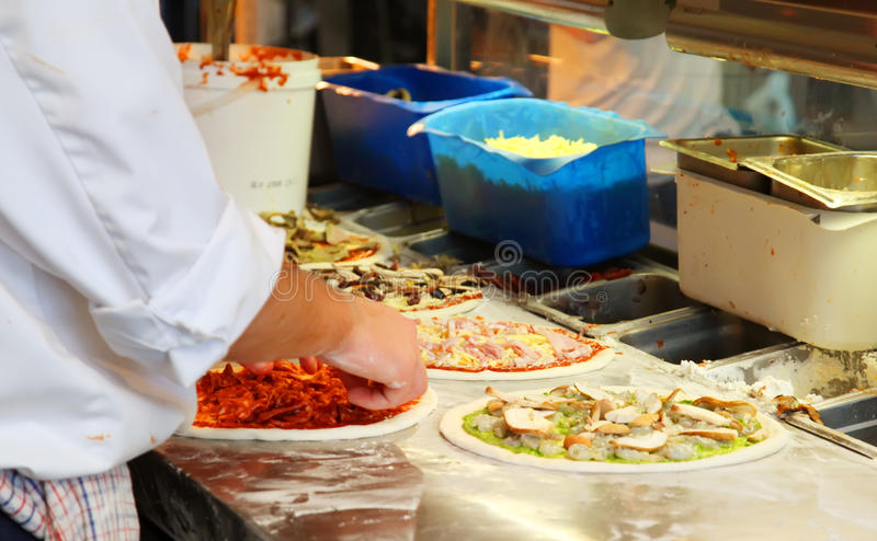 делать пиццу стоковая фотография rf