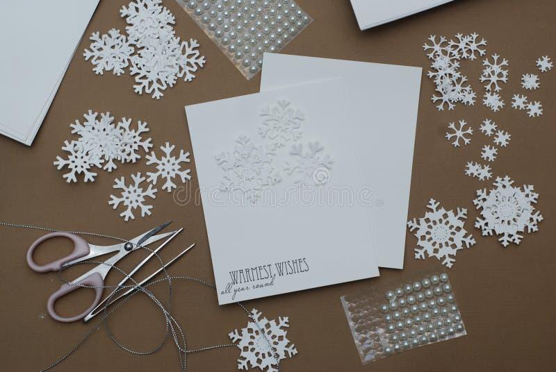 Делать поздравительную открытку рождества с снежинками Handmade украшать с бумажными снежинками с шариками на предпосылке Брайна стоковое фото rf
