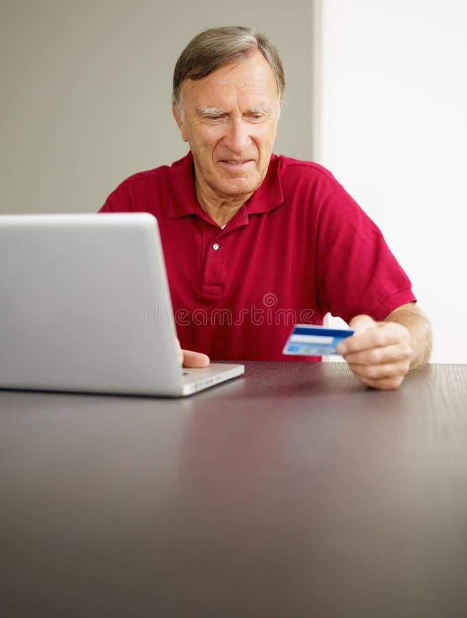 делать покупку человека он-лайн старшую стоковое изображение rf