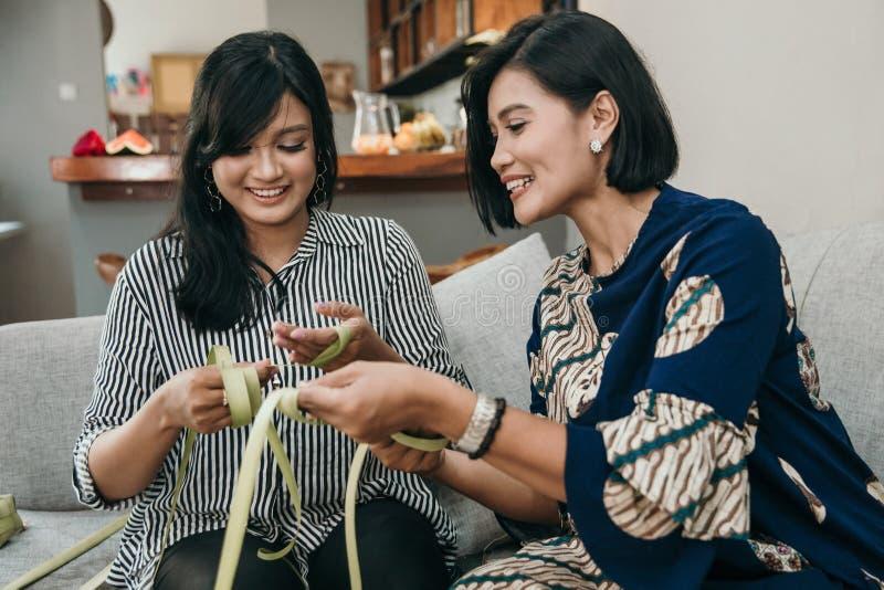 Делать традиционный торт ketupat или риса стоковое фото