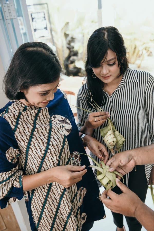 Делать традиционный торт ketupat или риса стоковая фотография