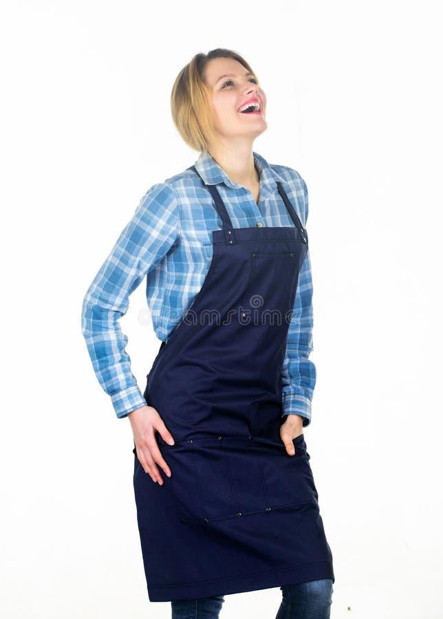 Делающ меня счастливый Сварите со страстью для семьи Женщина в рисберме кухни Милая девушка в рисберме шеф-повара еда варя рецепт стоковые фотографии rf