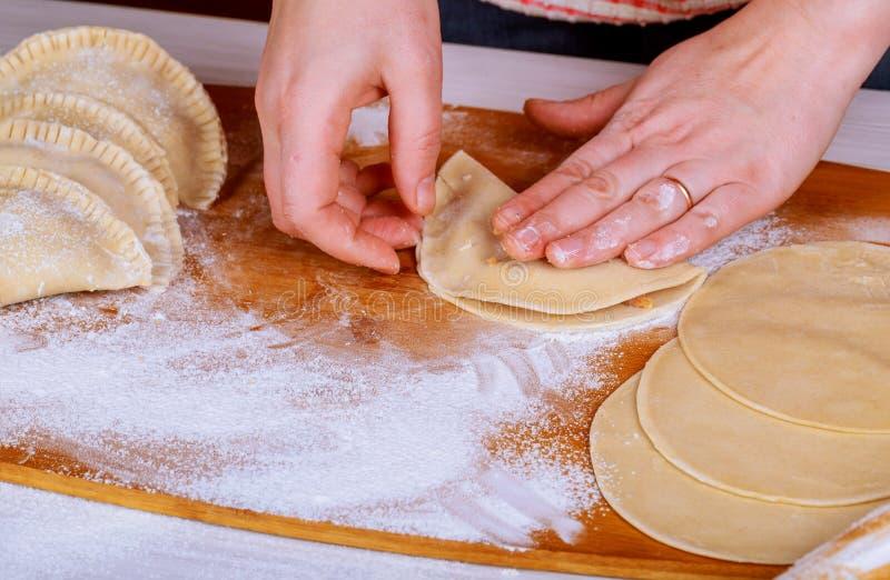 Делающ пироги с капустой, мясо вручную стоковая фотография