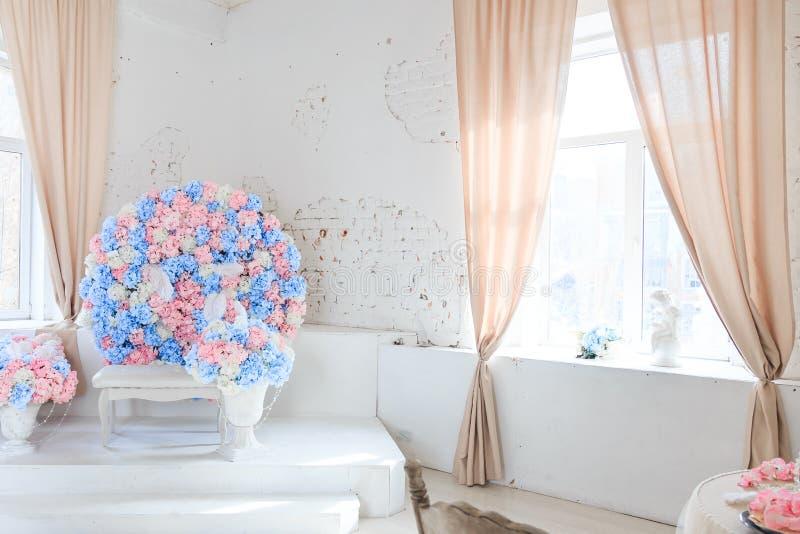 Делающ цветками просторную светлую комнату стоковые фото