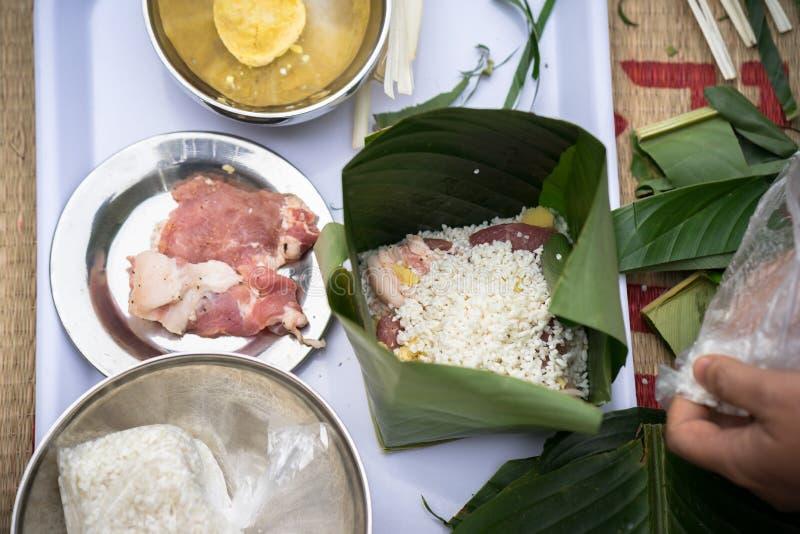 Делающ Chung испечь руками крупным планом, торт Chung самая важная традиционная въетнамская лунная еда Tet Нового Года стоковые фотографии rf