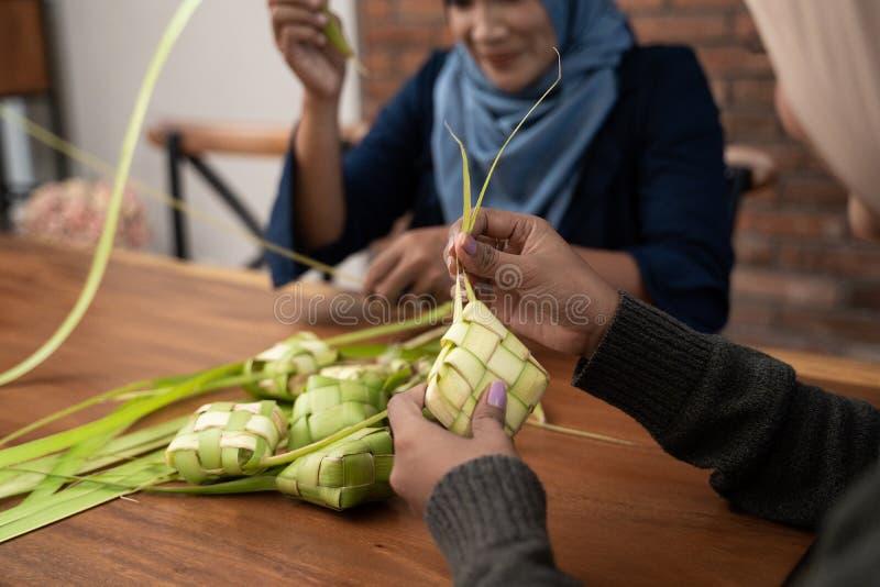 Делающ ketupat традиционную индонезийскую еду совместно стоковое фото rf