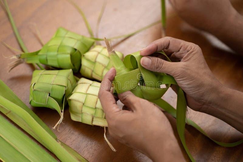 Делающ ketupat традиционный индонезийский торт риса стоковые изображения