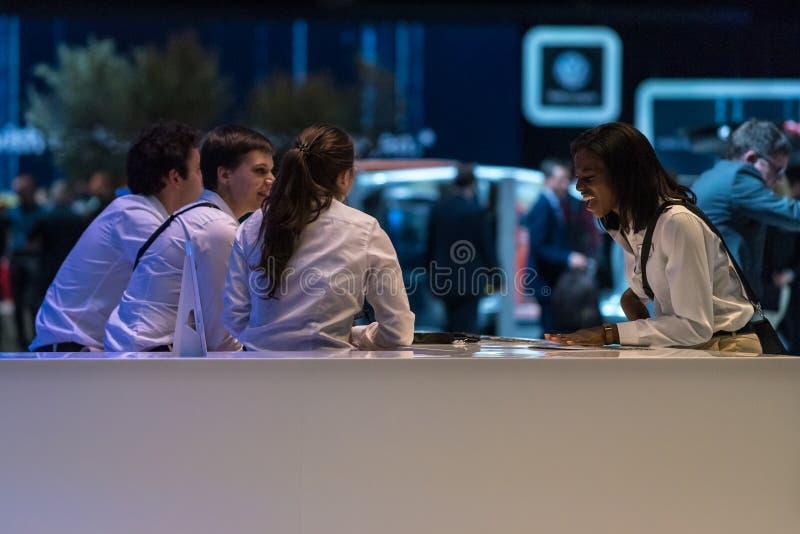 Делегаты продаж в конце дня, мотор-шоу 2018 Женевы международного стоковая фотография rf