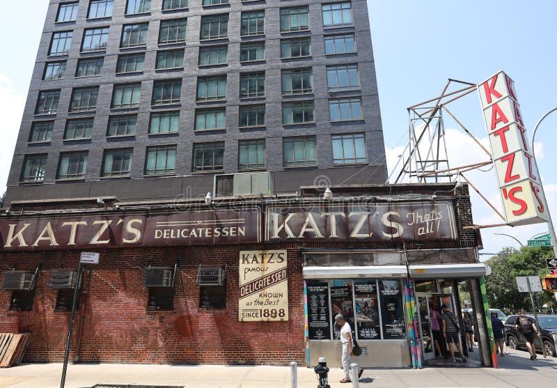 Деликатес est 1888 исторического Katz, известный ресторан, известный за свои сэндвичи пастромы в более низком Ист - Сайде в Манхэ стоковые фото