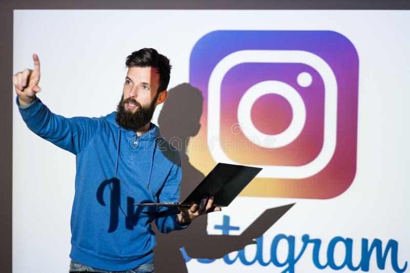 Делить фото сети Instagram социальный онлайн стоковая фотография rf