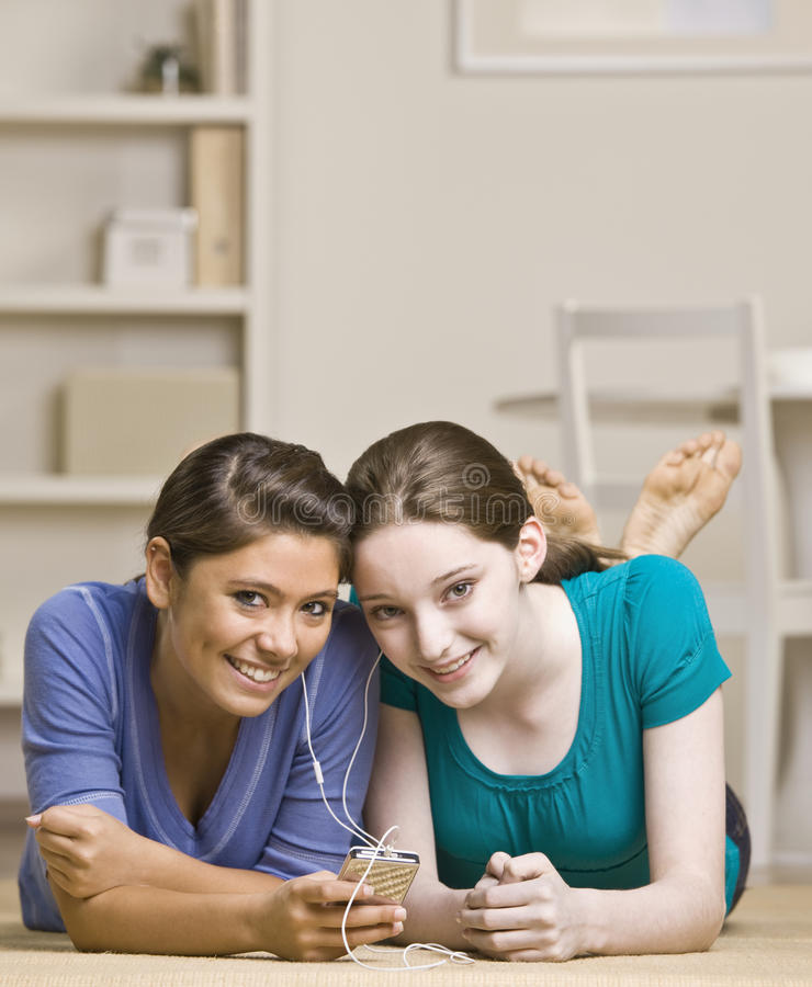 делить mp3 плэйер девушок подростковый стоковые изображения