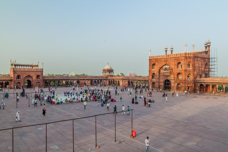 ДЕЛИ, ИНДИЯ - 22-ОЕ ОКТЯБРЯ 2016: Двор мечети Jama Masjid в центре Дели, Indi стоковые изображения