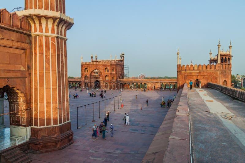 ДЕЛИ, ИНДИЯ - 22-ОЕ ОКТЯБРЯ 2016: Двор мечети Jama Masjid в центре Дели, Indi стоковое изображение