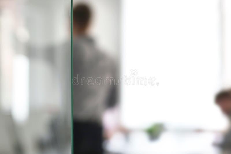 Деловая встреча в офисе, запачканный взгляд удерживания человека стоковая фотография