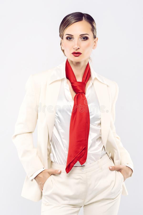 Деловой костюм элегантной и дорогой модели нося белый стоковая фотография
