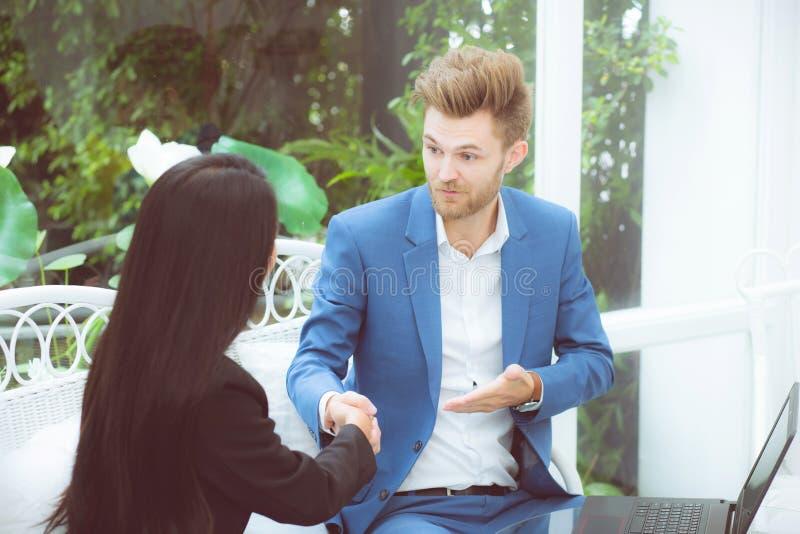 Деловой партнер успеха счастья 2 людей тряся руки в офисе стоковое изображение rf