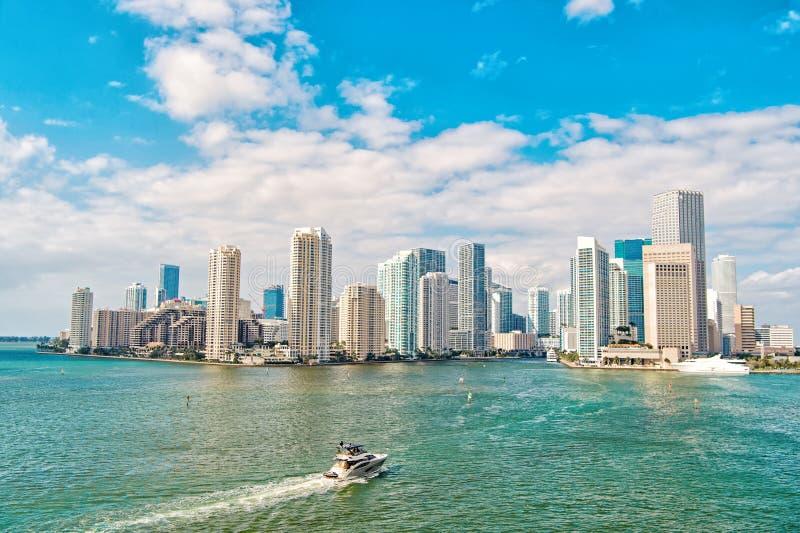 Деловой район Майами Концепция богатства Архитектурноакустически впечатляющие высокие башни подъема Небоскребы и гавань Увидеть стоковые изображения rf