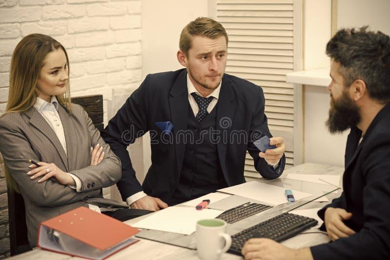 Деловые партнеры, бизнесмены на встрече, предпосылке офиса Дело кредитуя и инвестируя концепцию Бизнесмен спрашивает стоковые изображения rf