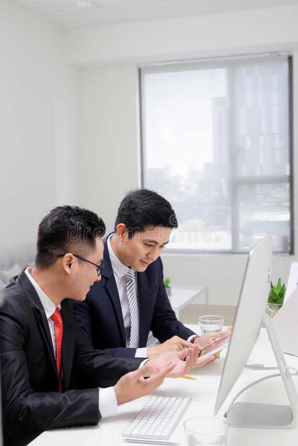 Деловые партнеры запуска работая совместно в рабочем столе стоковые фото