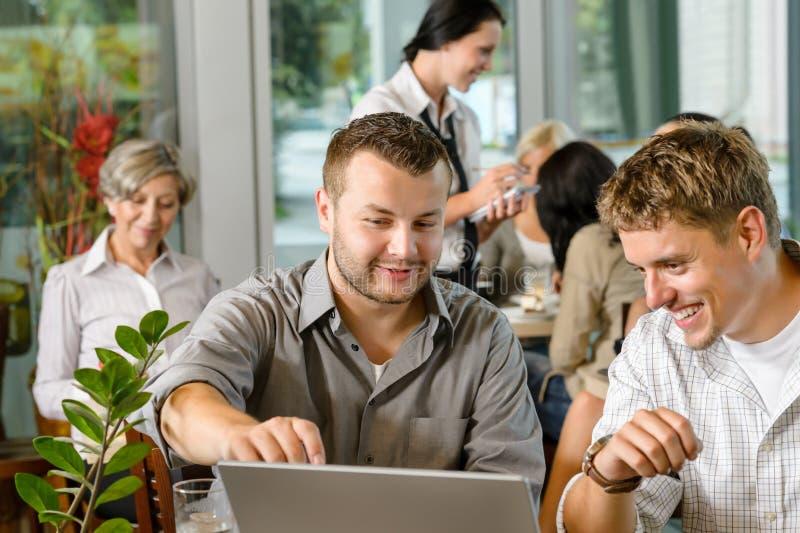 Деловые партнеры людей работая на кафе компьтер-книжки стоковая фотография rf