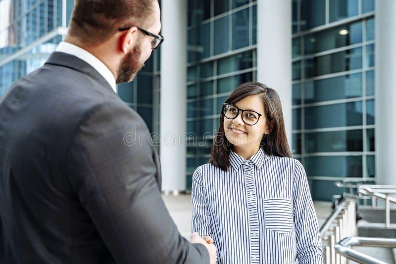 Деловые партнеры рукопожатия Успешная бизнес-леди тряся руки с человеком стоковое фото