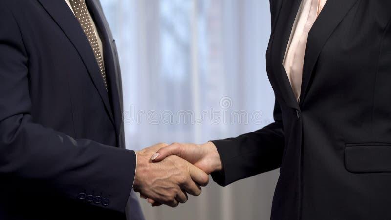 Деловые партнеры тряся руки после согласования подписывая, сотрудничества, дела стоковые фото