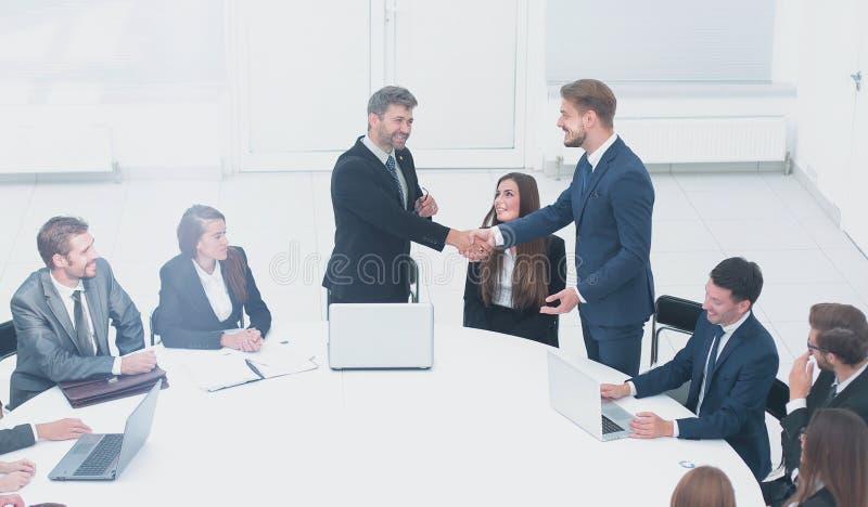Деловые партнеры тряся руки после успешной сделки стоковая фотография rf