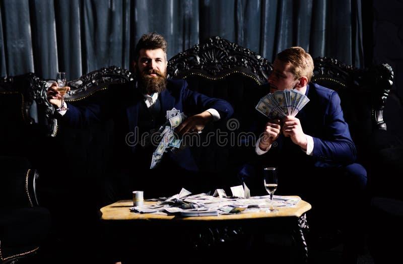Деловые партнеры, элита, главные люди расточительствуя деньги в клубе стоковое фото rf