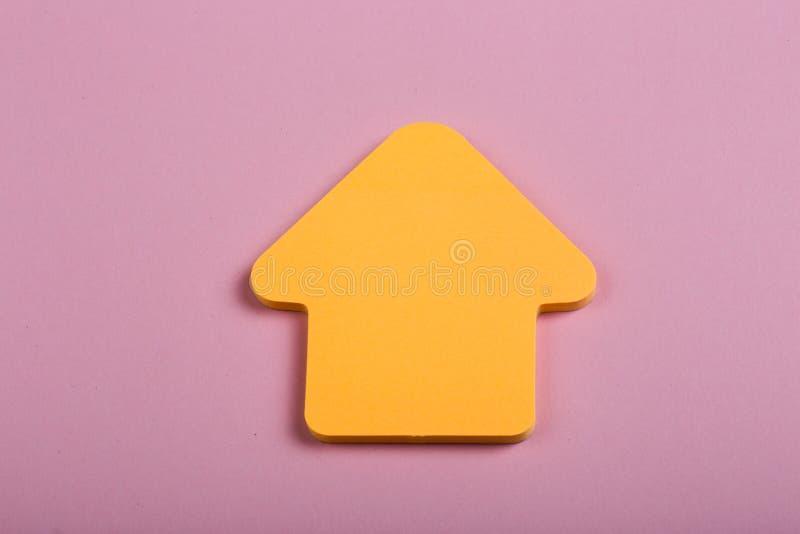 Дело, будущее и концепция мотивации - оранжевый пустой стикер в форме стрелки на деревянной предпосылке стоковые изображения