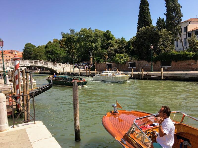 дело водителя такси воды ждать внутри его традиционной деревянной шлюпки такси вдоль стороны канала во время занятого летнего дня стоковые изображения rf