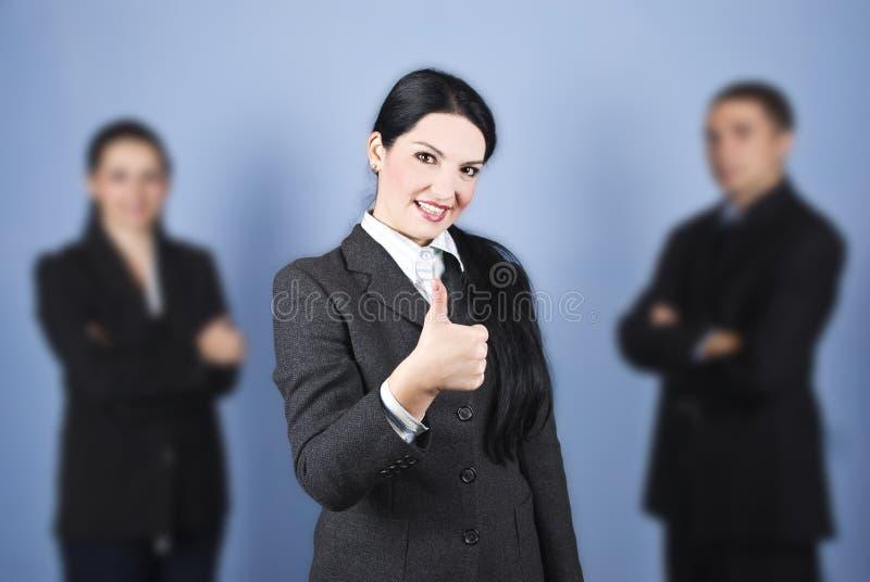 дело давая руководителя thumbs вверх по женщине стоковая фотография rf