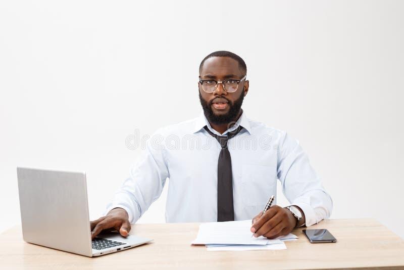 Дело и успех Красивый успешный Афро-американский человек нося официальный костюм, используя ноутбук для далекого стоковая фотография