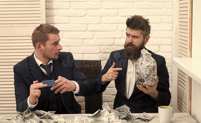 Дело и финансы Деловые партнеры, бизнесмены на встрече в офисе Бородатые владения босса раздражают вполне наличных денег стоковая фотография