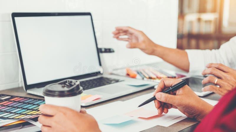 Дело команды творческое используя ноутбук планируя и думая новых идей для проекта работы успеха в кафе стоковые изображения rf