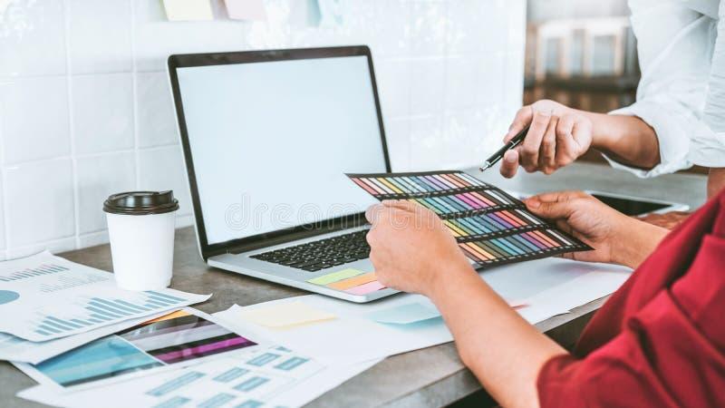 Дело команды творческое используя ноутбук планируя и думая новых идей для проекта работы успеха в кафе стоковое фото