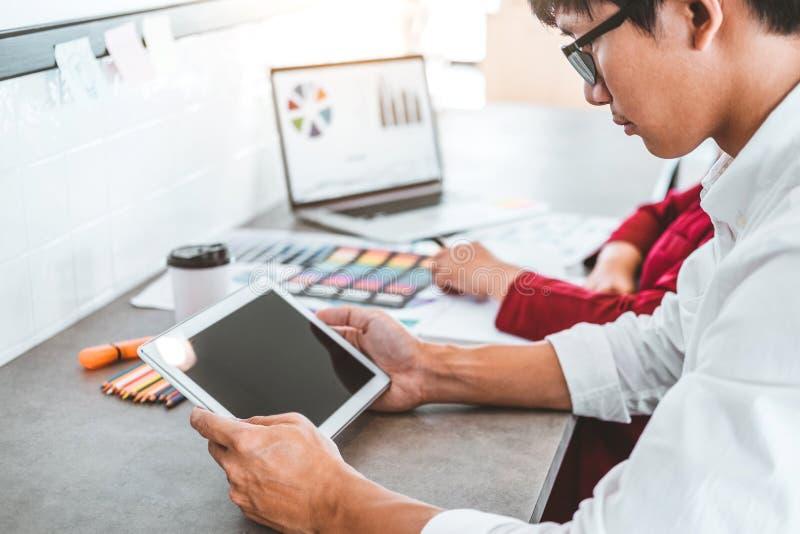 Дело команды творческое используя планшет планируя и думая новых идей для проекта работы успеха в кафе стоковые изображения rf