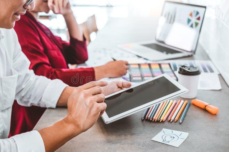 Дело команды творческое используя планшет планируя и думая новых идей для проекта работы успеха в кафе стоковые фото