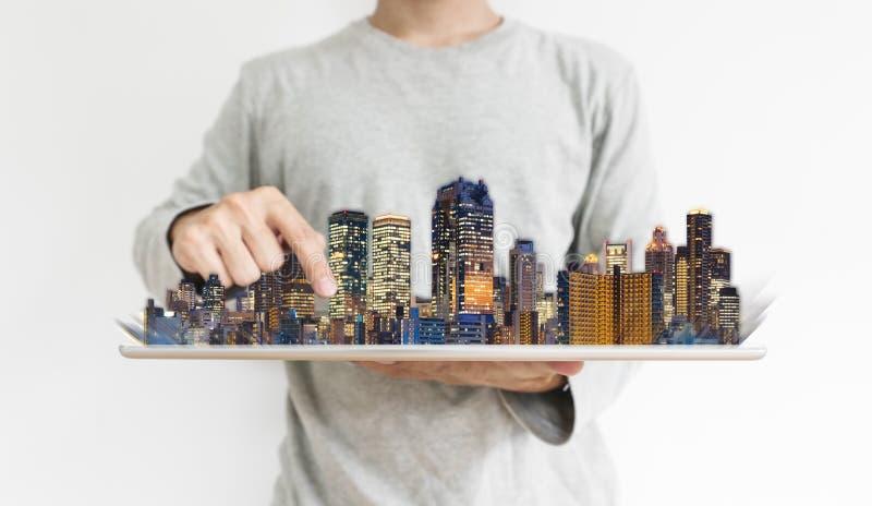 Дело недвижимости и вклад, технология строительства Человек используя цифровой планшет с современным hologram зданий стоковые фото