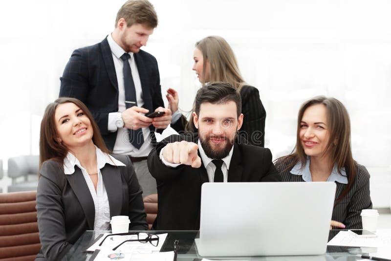 Дело: профессиональная команда дела около рабочего места с вашими пальцами указывая вперед стоковые изображения rf