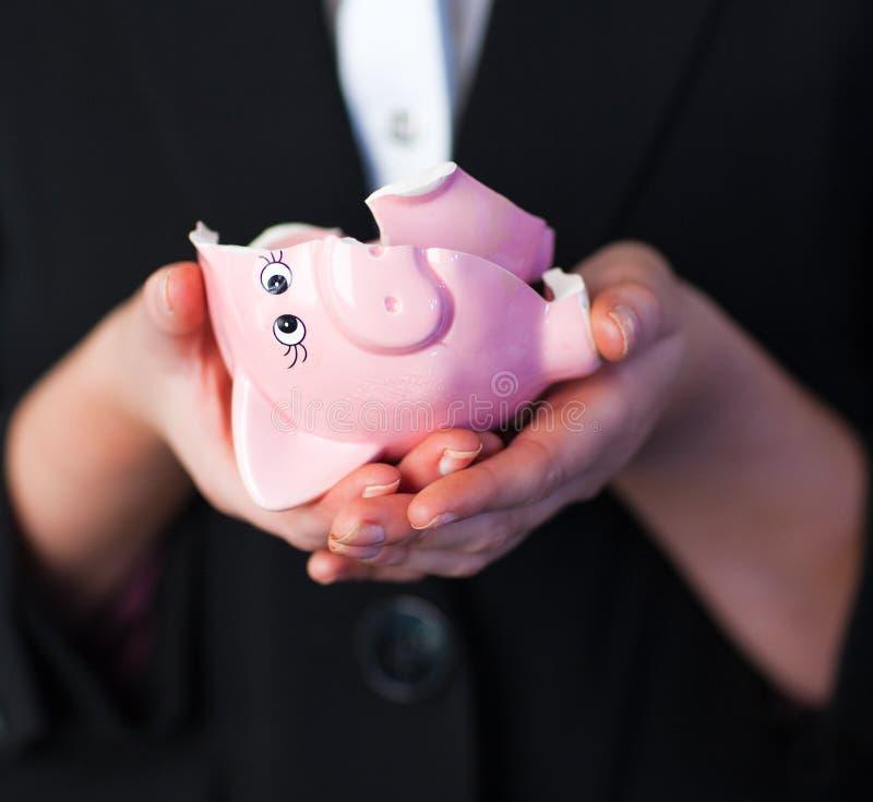дело сломанное банком держа piggy женщину стоковое изображение