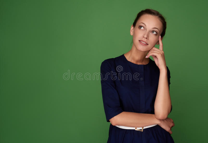 дело смотря думающ вверх по женщине стоковая фотография rf