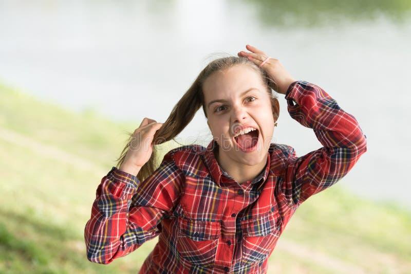 Дело с длинными волосами на ветреный день Windproof стили причесок Ребенок девушки маленький милый наслаждается прогулкой на пред стоковое фото rf