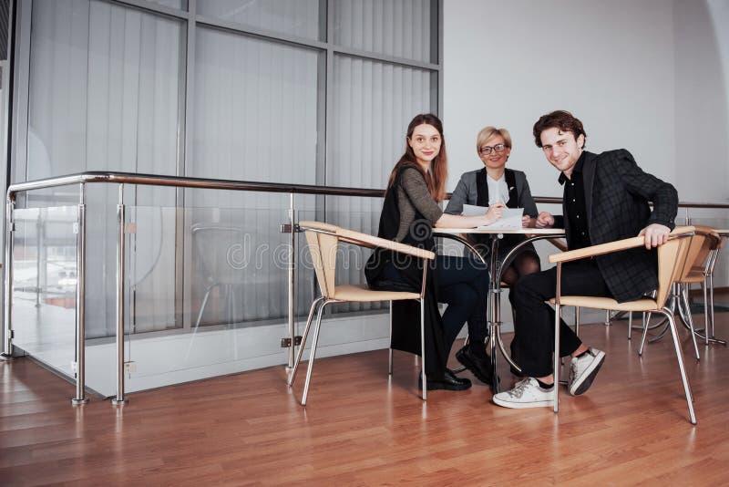 Дело, технология и концепция офиса - усмехаясь женский босс говоря к делу объединяется в команду стоковое изображение