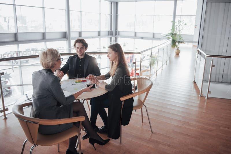 Дело, технология и концепция офиса - усмехаясь женский босс говоря к делу объединяется в команду стоковая фотография rf